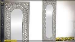 Miroir vertical en bois sculpté et ajouré style ethnique patine blanc vieilli 90 cm