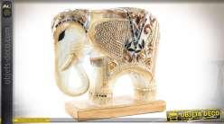 Statuette orientale éléphant bois sculpté teinte ivoire et nacre 33 cm