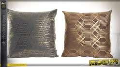 Duo de coussins marron et gris anthracite à motifs géométrique aspect métal doré