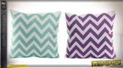 Deux coussins en microfibre coloris blanc vert givré et violet à motifs en zigzags