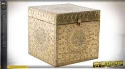 Boite à bijoux en bois en forme de cube finement gravé et doré style oriental