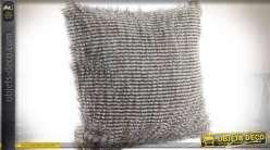 Coussin en polyester à fines rayures blanches et noire effet fausse fourrure