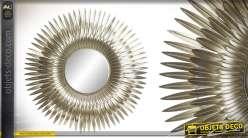 Miroir de décoration en métal, encadrement en plumes dorées, 70cm de diametre