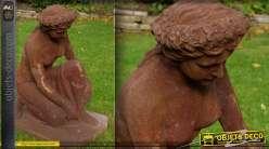 Statue femme à genoux métal finition oxydée