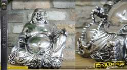 Bouddha rieur en résine, position assise, finition argentée vieillie, 30cm