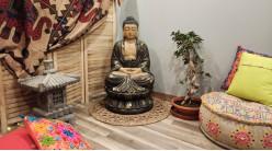 Grand bouddha en MGO assis sur socle, finition anthracite et dorée, 94cm de haut