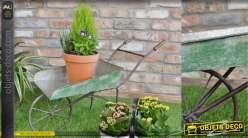 Deco de jardin originale, brouette en métal finition vert vintage, poignées en bois 80cm