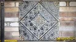 Plaque décorative en métal vieilli et embossé motif fleurs stylisées  60 x 60 cm