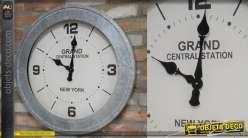 Horloge murale ronde, encadrement industriel en métal type zinc et rivets apparents, 68cm