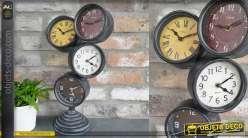 Horloge à poser en métal, forme destructurée avec 4 cadrans superposés, 48cm