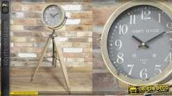 Horloge sur pieds en bois clair et métal effet brossé, de style moderne, 90cm de haut