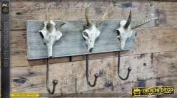 Support mural en bois avec crochets et déco de cranes en résine, finitions anciennes