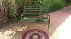 Banc de jardin en métal, clayette large et accoudoir très arrondis, finition vert ancien