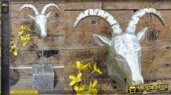 Trophée en résine monté sur socle en bois rustique, La Gazelle finition argent ancien, 47cm