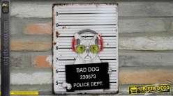 Plaque en métal, chien gangster en garde à vue, finition oxydé vintage