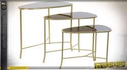 Série de 3 tables gigogne en métal finition dorée et plateaux en verre teinté
