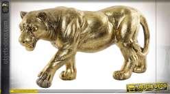 Représentation d'une lionne en chasse, en résine finition dorée effet ancien, symbole du courage et de la tenacité, 39cm