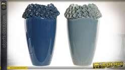 Série de deux vases en grès avec colerette esprit petites fleurs, bleu pétrole et bleu ciel, 26cm