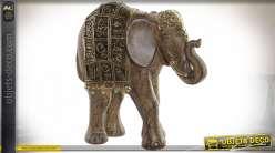 Statuette d'éléphant en résine esprit sculpture indienne, finition dorée et brun foncé, 17.5cm