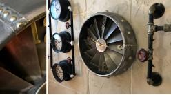 Horloge murale en métal style réacteur d'avion, esprit industriel moteur, finition acier et chiffres laiton, Ø41