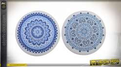 Série de deux tapis rond en polyester avec motifs de mandala bleu sur fond blanc, ambiance salle de bain chic et colorée, Ø60cm