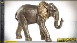 Représentation d'un éléphant débout, en résine finition dorée avec reflets cuivrés anciens