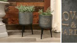 Série de deux jardinières en métal style indus, sur pieds avec reflets dorés