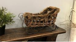Luge décorative en osier naturel et fourrure synthétique brune, esprit hivernal