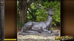 Sculpture animalière d'un cerf couché