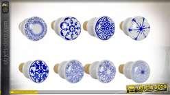 Série de 8 bouchons en liège et céramique, motifs de rosaces et arabesques finition bleue et blanche, Ø4cm