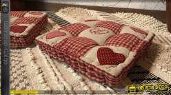 Coussin de sol ou d'habillage de banquette en palette, finition rouge avec motifs de coeurs esprit savoyard, 40x40cm