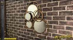 Miroir en métal finition doré ancien, cercles entrelacés et superposés, style moderne design, 59cm