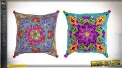 Série de deux coussins carrés en coton épais, motifs de fleurs brodées très colorées, 40x40cm