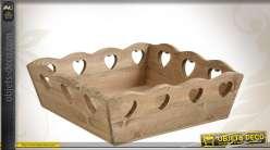 Corbeille en bois avec découpes coeurs
