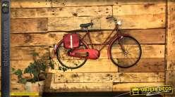 Deco murale vintage en métal, vélo rétro finition rouge brillant avec valisettes à l'arrière, 88cm