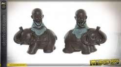 Série de deux décorations en résine représentant des moines à dos d'éléphants, esprit tibétain, 13cm