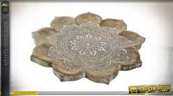 Grand centre de table en bois de manguier sculpté, relief et détail important, forme de fleur en finition blanchie esprit mandala, 46cm