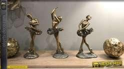 Série de trois danseuses en résine, finitions brillantes et vieillies, esprit ballerines opéra, 21cm
