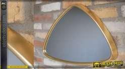 Miroir mural de forme triangulaire, encadrement en métal doré effet vieux laiton, style moderne, 61cm