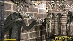 Grande statue en résine d'un violoniste, finition noir mat et vieil argent, 79cm de haut