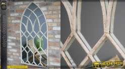 Grand miroir en forme de fenêtre en ogive, en métal finition crème effet vieilli, 132cm de haut