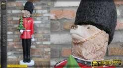Grande statuette de la garde royale britannique version ours, en résine, 129cm de hauteur finale