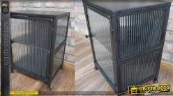 Table de nuit en métal finition noir mate, façade en verre translucide effet rayé et soudures apparentes, 50cm