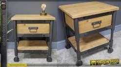 Table de chevet de style 100% industriel, en bois clair et métal effet acier anthracite, rivets apparents et roulettes esprit chariot, 55cm