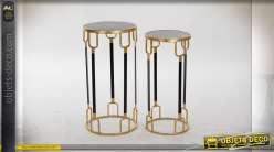 Série de 2 tables auxiliaires style rétro hollywoodien finition dorée, plateau en marbre, 65cm