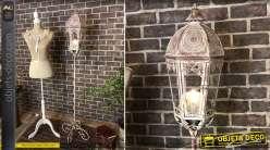 Lanterne sur pieds en métal style fer forgé, finition blanc et vieux rose esprit vintage, 167cm de haut