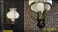 Reproduction d'une suspension à pétrole fin XIXe, électrifiée, finition laiton et opaline blanche, 140cm