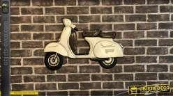 Déco murale en métal en forme d'ancien scooter, finition crème ancien et brun cuir, 62cm