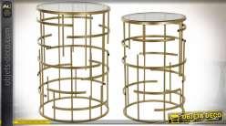 Série de deux tables d'appoint design en verre et métal finition dorée, style moderne chic, 61cm