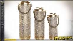 Série de trois lanternes de forme cylindrique en métal finition dorée style moderne chic, 66cm